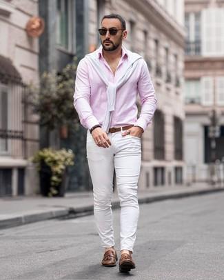 Comment porter: pull à col rond blanc, chemise à manches longues rose, pantalon chino blanc, mocassins à pampilles en cuir marron