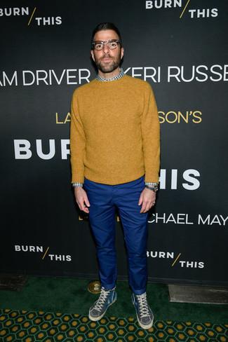 Comment porter: pull à col rond moutarde, chemise à manches longues en vichy blanc et vert, pantalon chino bleu, baskets montantes gris foncé