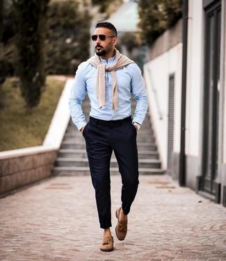 Comment porter: pull à col rond beige, chemise à manches longues bleu clair, pantalon chino bleu marine, mocassins à pampilles en daim marron