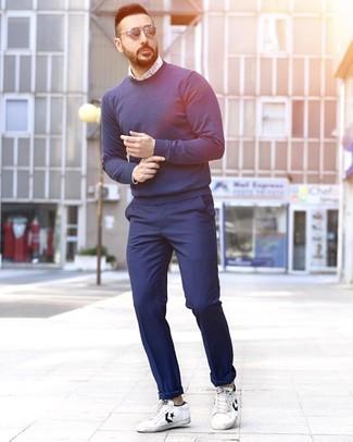 Comment porter: pull à col rond bleu marine, chemise à manches longues imprimée blanc et bleu, pantalon chino bleu marine, baskets basses en cuir blanches et noires