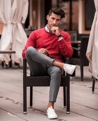 Tendances mode hommes: Pour une tenue de tous les jours pleine de caractère et de personnalité associe un pull à col rond rouge avec un pantalon chino gris. Jouez la carte décontractée pour les chaussures et choisis une paire de des baskets basses blanches.