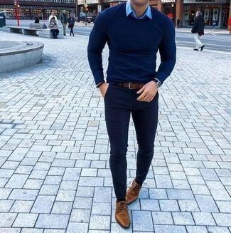 Comment porter des chaussures derby en cuir marron clair: Essaie d'associer un pull à col rond bleu marine avec un pantalon chino bleu marine pour affronter sans effort les défis que la journée te réserve. Assortis cette tenue avec une paire de des chaussures derby en cuir marron clair pour afficher ton expertise vestimentaire.
