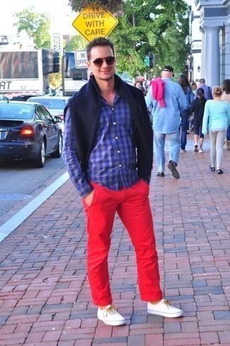 Comment porter des lunettes de soleil bordeaux: Marie un pull à col rond bleu marine avec des lunettes de soleil bordeaux pour un look confortable et décontracté. D'une humeur créatrice? Assortis ta tenue avec une paire de des baskets basses en toile blanches.