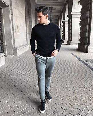 Comment porter un pull à col rond noir: Pour créer une tenue idéale pour un déjeuner entre amis le week-end, harmonise un pull à col rond noir avec un pantalon chino gris. Si tu veux éviter un look trop formel, assortis cette tenue avec une paire de des baskets basses en cuir noires.