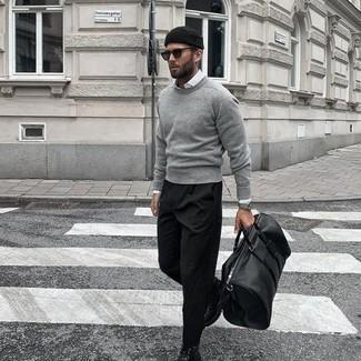 Comment s'habiller à 20 ans: Associe un pull à col rond gris avec un pantalon chino noir pour obtenir un look relax mais stylé. Fais d'une paire de bottes de loisirs en cuir noires ton choix de souliers pour afficher ton expertise vestimentaire.