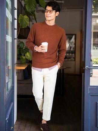 Comment porter des bottines chukka en daim marron foncé: Marie un pull à col rond tabac avec un pantalon chino blanc pour une tenue idéale le week-end. Termine ce look avec une paire de bottines chukka en daim marron foncé.