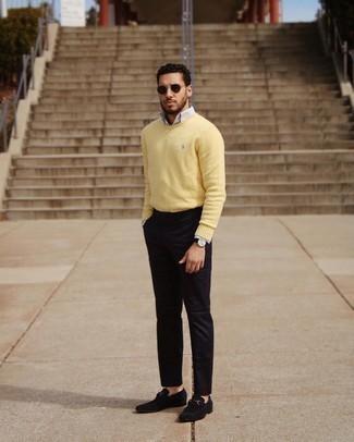 Tendances mode hommes: Harmonise un pull à col rond jaune avec un pantalon chino noir pour un look de tous les jours facile à porter. Choisis une paire de slippers en daim noirs pour afficher ton expertise vestimentaire.