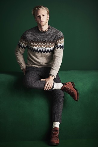 Comment porter: pull à col rond en jacquard beige, chemise à manches longues écossaise marron, pantalon de costume en laine gris foncé, bottes de loisirs en daim tabac