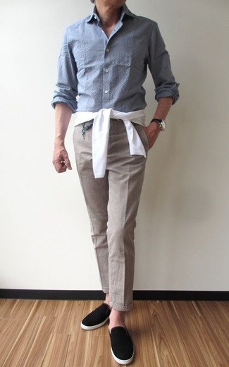 Comment porter: pull à col rond blanc, chemise à manches longues en chambray grise, pantalon de costume beige, baskets à enfiler en daim noires