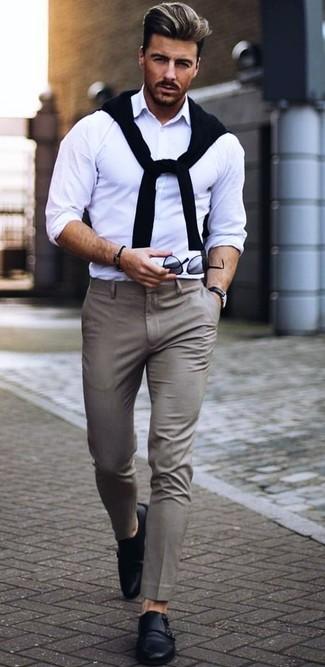 Comment porter: pull à col rond noir, chemise à manches longues blanche, pantalon de costume gris, double monks en cuir noirs
