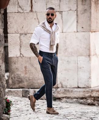 Comment porter: pull à col rond beige, chemise à manches longues blanche, pantalon de costume bleu marine, mocassins à pampilles en daim marron