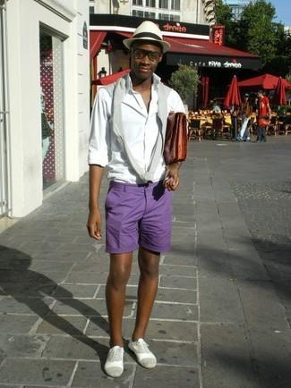 Comment porter: pull à col rond gris, chemise à manches longues blanche, short violet, chaussures richelieu en daim grises