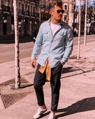 Comment porter: pull à col rond orange, chemise à manches longues en chambray bleu clair, t-shirt à col rond blanc, pantalon chino à rayures verticales noir