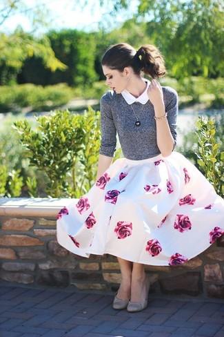 Comment porter un pull à col rond gris: Harmonise un pull à col rond gris avec une jupe évasée à fleurs blanc et rose pour obtenir un look relax mais stylé. Cette tenue se complète parfaitement avec une paire de des ballerines en cuir grises.