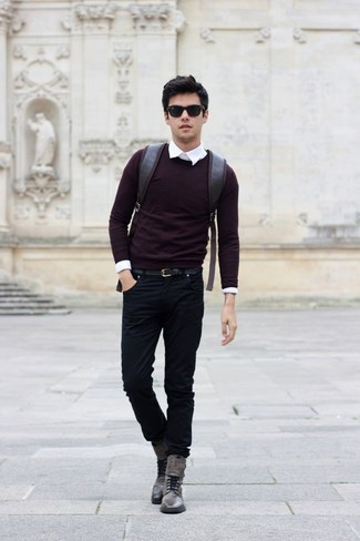 Comment porter: pull à col rond bordeaux, chemise de ville blanche, jean noir, bottes de loisirs en cuir grises