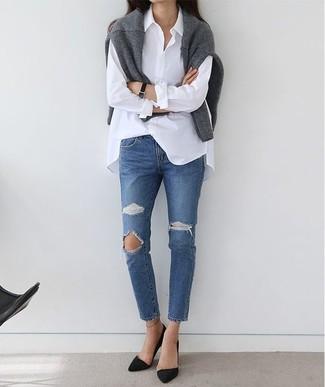 Comment porter: pull à col rond gris, chemise de ville blanche, jean déchiré bleu, escarpins en daim noirs