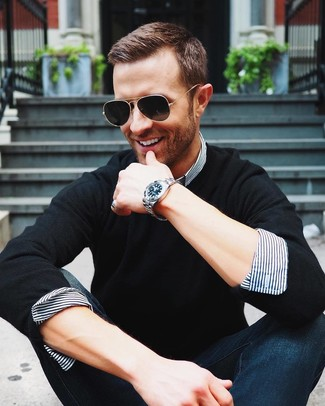 Comment porter: pull à col rond noir, chemise de ville à rayures verticales blanc et bleu marine, jean bleu marine, lunettes de soleil noires