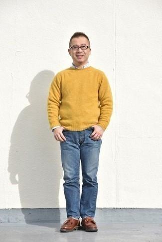 Comment porter un pull à col rond jaune: Pour une tenue de tous les jours pleine de caractère et de personnalité harmonise un pull à col rond jaune avec un jean bleu. Une paire de des bottines chukka en cuir marron est une option génial pour complèter cette tenue.