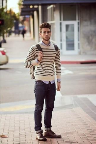 Comment porter: pull à col rond à rayures horizontales beige, chemise de ville violet clair, jean bleu marine, bottines chukka en cuir marron foncé