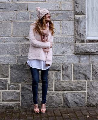 Comment porter: pull à col rond duveteux rose, chemise de ville blanche, jean skinny bleu marine, sandales à talons en cuir roses