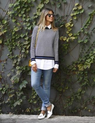 Comment porter: pull à col rond en vichy bleu marine et blanc, chemise de ville blanche, jean skinny bleu clair, slippers en cuir blancs