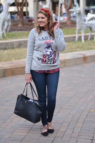 Comment porter: pull à col rond imprimé gris, chemise de ville écossaise rouge et noir, jean skinny bleu marine, escarpins en daim noirs