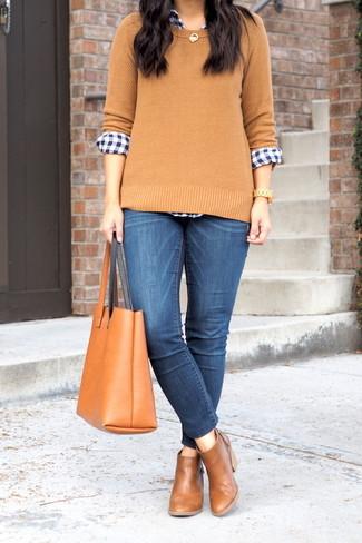 Comment porter: pull à col rond marron clair, chemise de ville en vichy bleu marine et blanc, jean skinny bleu, bottines chelsea en cuir marron