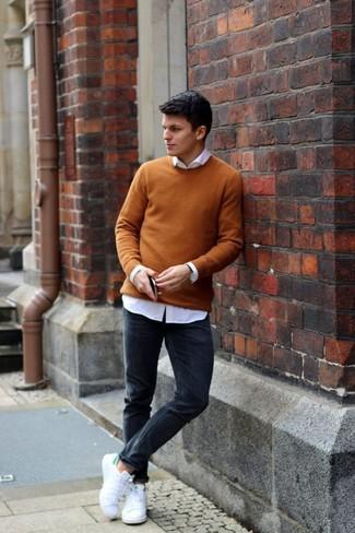 Comment porter: pull à col rond moutarde, chemise de ville blanche, jean skinny noir, baskets basses en toile blanches