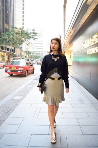 Comment porter: pull à col rond noir, chemise de ville bleu clair, jupe crayon grise, baskets à enfiler en cuir dorées