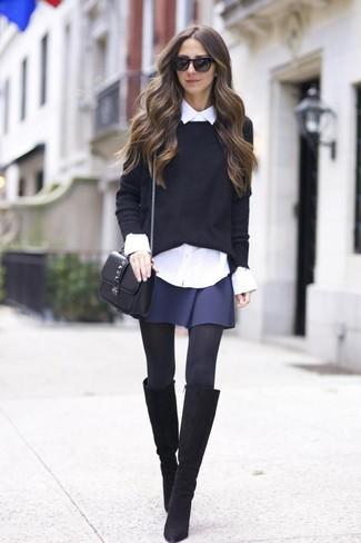 Comment porter: pull à col rond noir, chemise de ville blanche, jupe patineuse bleu marine, bottes hauteur genou en daim noires