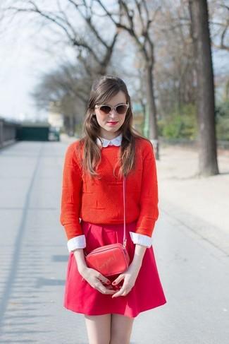 Comment porter des lunettes de soleil ornées marron foncé: Porte un pull à col rond rouge et des lunettes de soleil ornées marron foncé pour un look idéal le week-end.