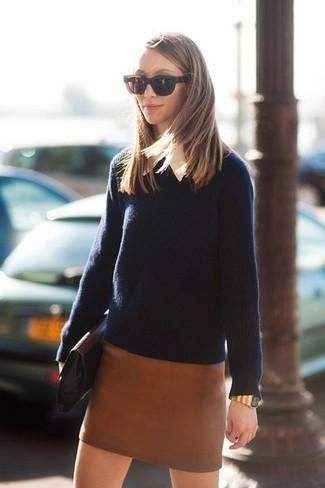 Comment porter: pull à col rond bleu marine, chemise de ville blanche, minijupe en cuir marron, pochette en cuir noire