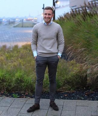 Comment porter: pull à col rond gris, chemise de ville bleu clair, pantalon chino gris foncé, mocassins à pampilles en daim marron foncé