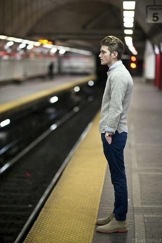 Comment porter: pull à col rond gris, chemise de ville blanche, pantalon chino bleu marine, bottines chukka en daim olive