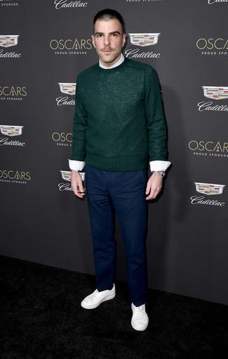 Comment porter: pull à col rond vert foncé, chemise de ville blanche, pantalon chino bleu marine, baskets basses blanches
