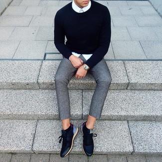 Comment porter: pull à col rond bleu marine, chemise de ville blanche, pantalon chino en laine gris, baskets basses en cuir bleu marine