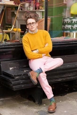Comment porter un pull à col rond jaune: Essaie d'associer un pull à col rond jaune avec un pantalon chino rose pour une tenue confortable aussi composée avec goût. Opte pour une paire de des chaussures derby en cuir marron pour afficher ton expertise vestimentaire.