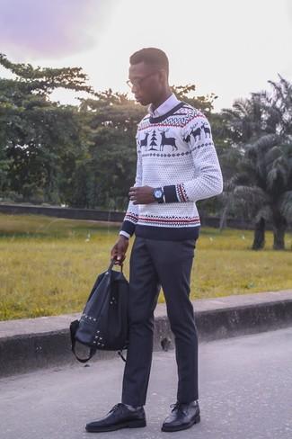 Comment porter: pull à col rond de noël blanc, chemise de ville blanche, pantalon de costume noir, chaussures derby en cuir noires