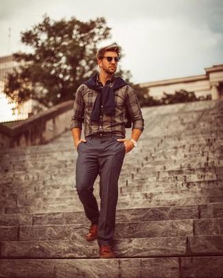 Comment porter: pull à col rond noir, chemise de ville écossaise marron, pantalon de costume gris foncé, baskets basses en cuir marron
