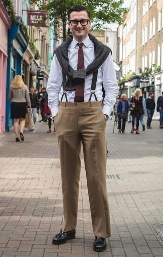 Comment porter une cravate bordeaux: Essaie d'harmoniser un pull à col rond gris foncé avec une cravate bordeaux pour dégager classe et sophistication. Une paire de des mocassins à pampilles en cuir noirs s'intégrera de manière fluide à une grande variété de tenues.