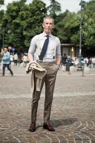 Comment porter une chemise de ville à rayures verticales grise: Opte pour une chemise de ville à rayures verticales grise avec un pantalon de costume marron pour un look classique et élégant. Cette tenue se complète parfaitement avec une paire de des double monks en cuir marron.