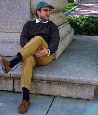 Comment porter un pantalon de costume marron clair: Opte pour un pull à col rond marron foncé avec un pantalon de costume marron clair pour une silhouette classique et raffinée. Cette tenue se complète parfaitement avec une paire de slippers en daim marron.