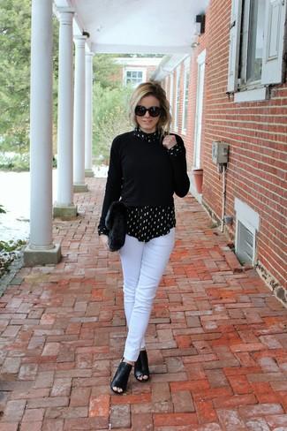 Comment porter: pull à col rond noir, chemise de ville imprimée noire et blanche, pantalon slim blanc, bottines en cuir découpées noires