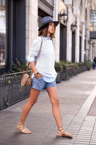 Comment porter: pull à col rond blanc, chemise de ville bleu clair, short bleu clair, sandales spartiates en cuir dorées