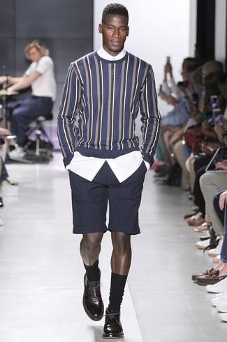 Comment porter: pull à col rond à rayures verticales bleu marine, chemise de ville blanche, short noir, chaussures derby en cuir marron foncé