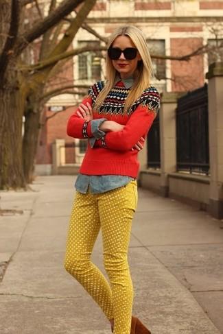 Comment porter: pull à col rond en jacquard rouge, chemise en jean grise, jean á pois jaune, escarpins en daim marron