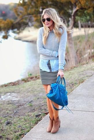 Comment porter: pull à col rond gris, chemise en jean bleu clair, minijupe à rayures horizontales noire et blanche, bottines en daim beiges