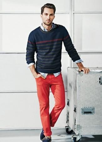 Comment porter: pull à col rond à rayures horizontales bleu marine, chemise en jean bleu clair, pantalon chino rouge, chaussures bateau en cuir bleu marine