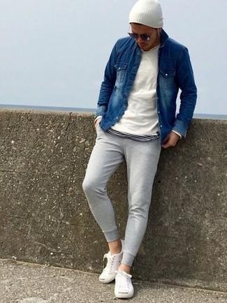 Comment porter: pull à col rond blanc, chemise en jean bleu marine, t-shirt à col rond à rayures horizontales blanc et noir, pantalon de jogging gris