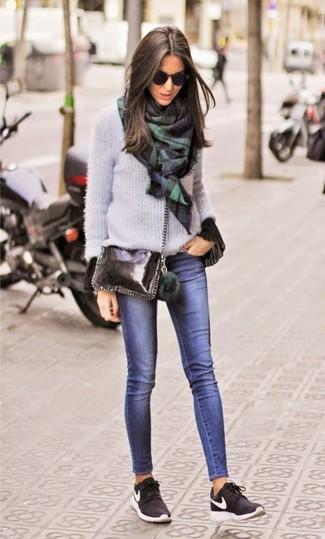 Comment porter: pull à col rond gris, chemisier à manches longues à volants noir, jean skinny bleu marine, chaussures de sport noires